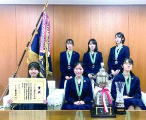 全国高校生ディベート大会で4回目の高校日本一に輝いたさいたま市立浦和高校インターアクト部の優勝メンバー=22日午後、さいたま市役所